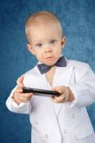 Niño pequeño con el teléfono móvil imagenes de archivo