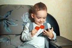 Niño pequeño con el teléfono móvil Imagen de archivo