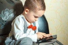 Niño pequeño con el teléfono móvil Fotos de archivo libres de regalías
