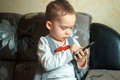 Niño pequeño con el teléfono móvil Foto de archivo libre de regalías