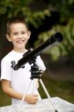 Niño pequeño con el telescopio Imagen de archivo libre de regalías