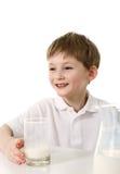 Niño pequeño con el vidrio de leche Fotos de archivo libres de regalías