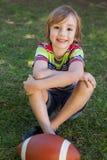 Niño pequeño con fútbol americano Foto de archivo libre de regalías