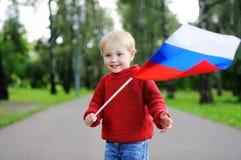 Niño pequeño con la bandera rusa Imágenes de archivo libres de regalías