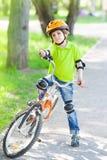 Niño pequeño con la bicicleta fotografía de archivo libre de regalías