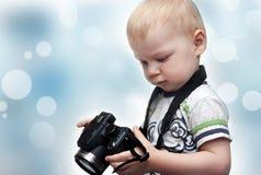 Niño pequeño con la cámara de la foto Imagenes de archivo
