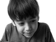 Niño pequeño con la cara de la tristeza y el retrato de los ojos Foto de archivo