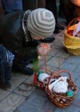 Niño pequeño con la cesta de Pascua imagen de archivo