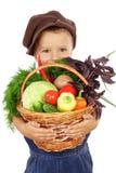 Niño pequeño con la cesta de vehículos Fotos de archivo