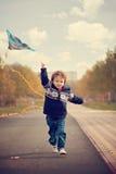 Niño pequeño con la cometa en el parque Imagen de archivo