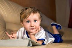 Niño pequeño con la computadora portátil Fotografía de archivo