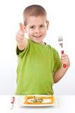 Niño pequeño con la ensalada sana Fotos de archivo libres de regalías