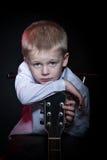 Niño pequeño con la guitarra Foto de archivo