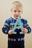 Niño pequeño con la letra A Imagenes de archivo