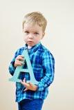 Niño pequeño con la letra A Fotos de archivo