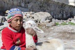 Niño pequeño con la llama del bebé Fotografía de archivo libre de regalías
