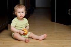 Niño pequeño con la manzana Fotografía de archivo libre de regalías