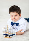 Niño pequeño con la nave imagen de archivo