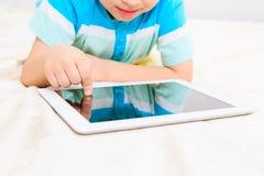 Niño pequeño con la tableta fotos de archivo libres de regalías
