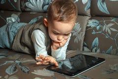 Niño pequeño con la tableta Imágenes de archivo libres de regalías