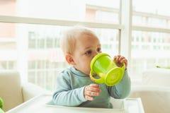 Niño pequeño con la taza del bebé Imagenes de archivo