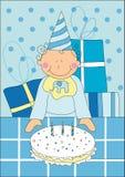 Niño pequeño con la torta de cumpleaños Fotografía de archivo libre de regalías