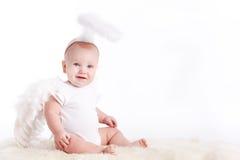 Niño pequeño con las alas del ángel, aisladas en el fondo blanco Fotos de archivo libres de regalías