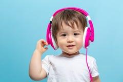 Niño pequeño con los auriculares Fotos de archivo libres de regalías