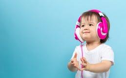 Niño pequeño con los auriculares Imagen de archivo