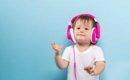 Niño pequeño con los auriculares Fotografía de archivo
