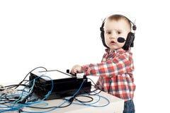 Niño pequeño con los auriculares Fotos de archivo