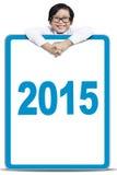 Niño pequeño con los números 2015 en el tablero Fotos de archivo
