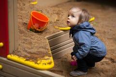 Niño pequeño con los ojos azules en un paseo del invierno Fotos de archivo