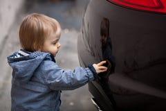 Niño pequeño con los ojos azules en un paseo del invierno Fotos de archivo libres de regalías