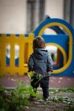Niño pequeño con los ojos azules en un paseo del invierno Fotografía de archivo