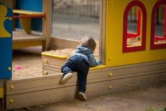Niño pequeño con los ojos azules en un paseo del invierno Foto de archivo libre de regalías