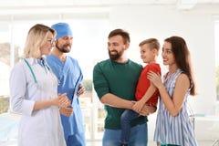 Niño pequeño con los padres que visitan el doctorsl de los niños fotografía de archivo libre de regalías