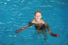 Niño pequeño con los tallarines de la natación imagen de archivo