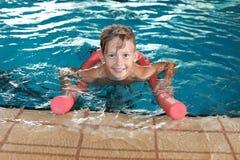 Niño pequeño con los tallarines de la natación foto de archivo libre de regalías