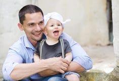 Niño pequeño con su papá Fotos de archivo libres de regalías