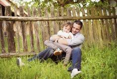 Niño pequeño con su papá Imágenes de archivo libres de regalías