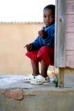 Niño pequeño con su pulgar para arriba fotos de archivo