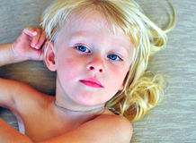 Niño pequeño con un pelo rubio largo Imágenes de archivo libres de regalías
