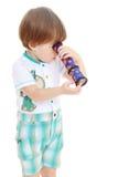Niño pequeño con un telescopio Fotografía de archivo