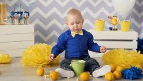 Niño pequeño de 1 año que come las palomitas almacen de video