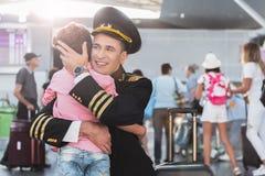 Niño pequeño de abarcamiento del aviador hilarante Foto de archivo libre de regalías