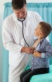 Niño pequeño de examen del pediatra Imagen de archivo libre de regalías