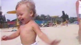 Niño pequeño de la cantidad de VHS almacen de metraje de vídeo