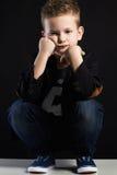 niño pequeño de moda Cabrito con estilo Imagen de archivo