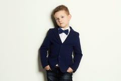 niño pequeño de moda Cabrito con estilo Imagenes de archivo